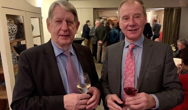 Voorzitter Cees van den Oosten en vice-voorzitter Willem Sorel proosten op het nieuwe jaar. Eigen foto