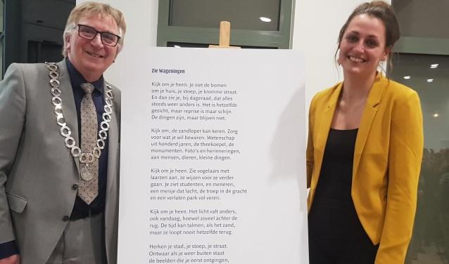 Burgemeester Geert van Rumund en stadsdichter Ivanka de Ruijter bij het gedicht 'Zie Wageningen'. (foto: Kees Stap)