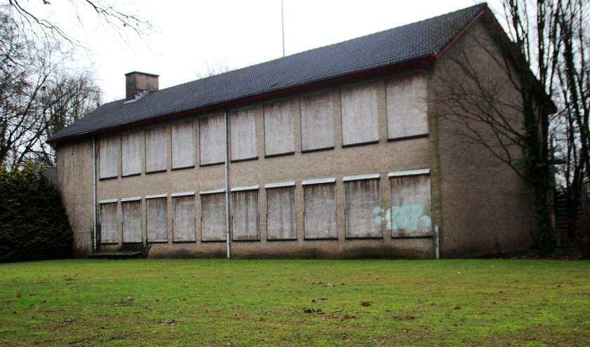 Binnen niet al te lange tijd zal de oude huishoudschool aan de F. A. Molijnlaan afgebroken worden. Er zullen vier villa's en acht appartementen gebouwd worden. Foto Dick Baas
