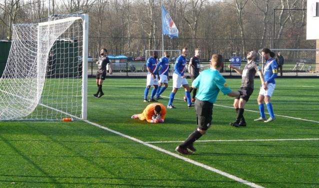 Cion-trainerskoppel Najim Nasri en Slobodan Dutina zag hun aanvallers (in donker tenue) tegen Charlois te sporadisch voor de Rotterdamse goalie opduiken. De Vlaardingers waren kansloos: 5-1. (Foto: Persgroep/gsv)