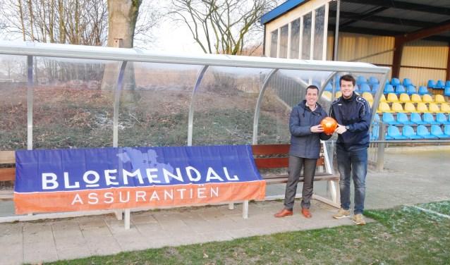 Jeroen Bos krijgt uit handen van Sebastiaan Slot de door Ruud van Nistelrooy persoonlijk gesigneerde oranje bal.