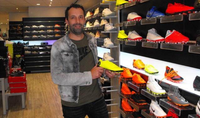 """Patric Bomers wil graag eerlijk advies geven: """"Soms voelen goedkopere schoenen fijner aan dan een duur paar."""""""