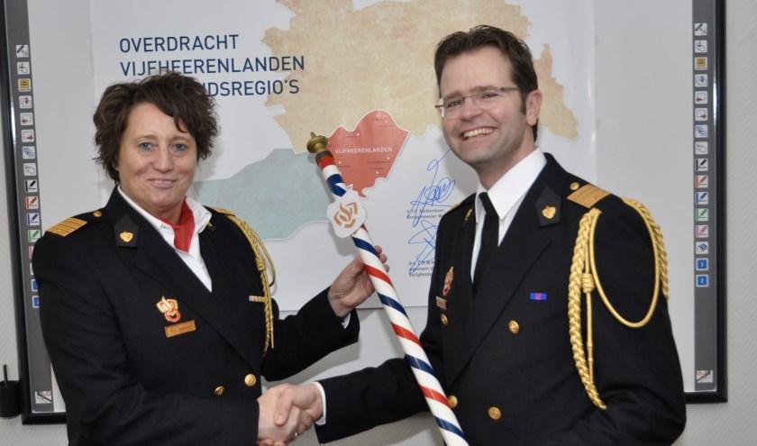 Het commando werd door Marko Redelijkheid, afdelingshoofd voorbereiding brandweerorganisatie, ceremonieel overgedragen aan Carolien Angevaren, directeur Brandweerrepressie VRU. Eigen foto