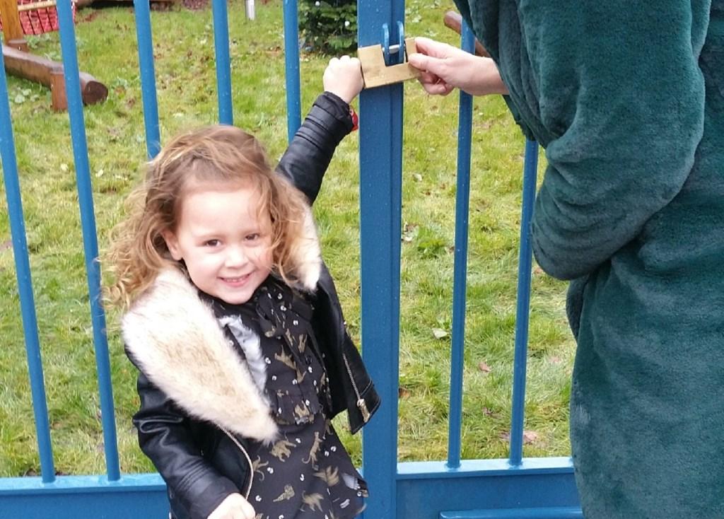 De bijna 4 jarige Nora Steketee opende met een sleutel de nieuwe speelplek op de Kloosterplaats.