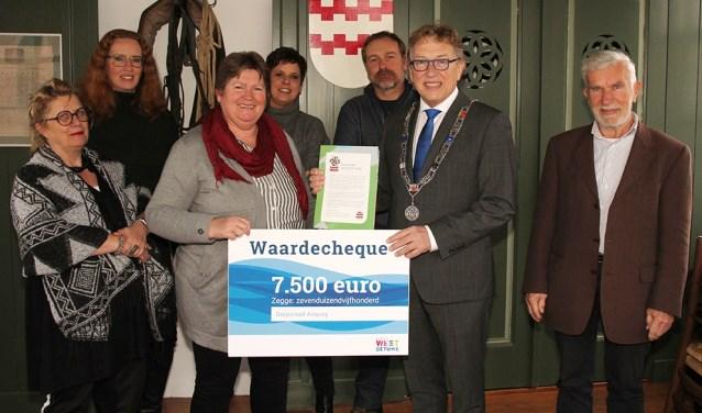 Namens de gemeente West Betuwe gaf burgemeester Keereweer de dorpsraad een cheque van 7.500 euro voor het uitvoeren van de eerste plannen.