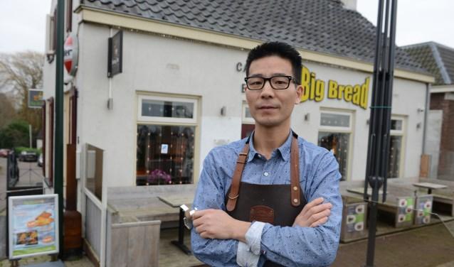 Ondernemer Weily Yu, heeft de raambeveiligers in zijn hand. Hij is er nog stil van dat dit hem is overkomen.  © Persgroep