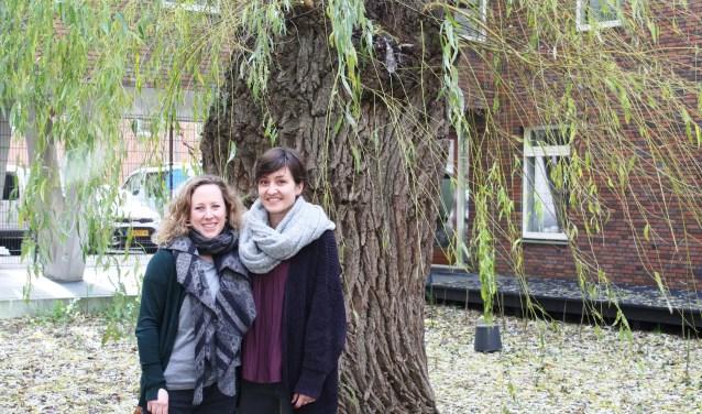 Loura van Amelsfort (r) en Myrthe de Doelder voor de treurwilg.