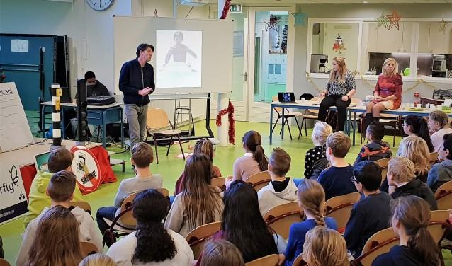 De kinderen van IKC Prins Claus luisteren ademloos naar het verhaal van Tommy-Boy. Foto: Robbert Roos