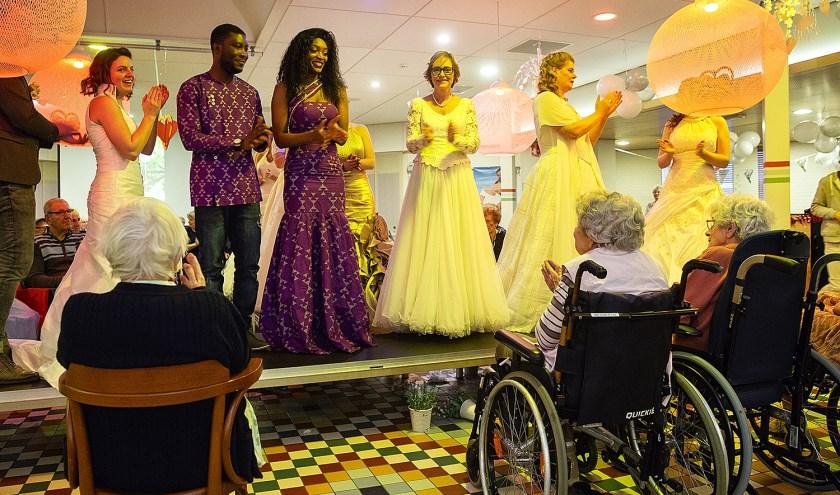 Vanuit het publiek klonken er veel 'oh's en ah's'. Vele jurken werden geshowd door de rechtmatige eigenaressen.