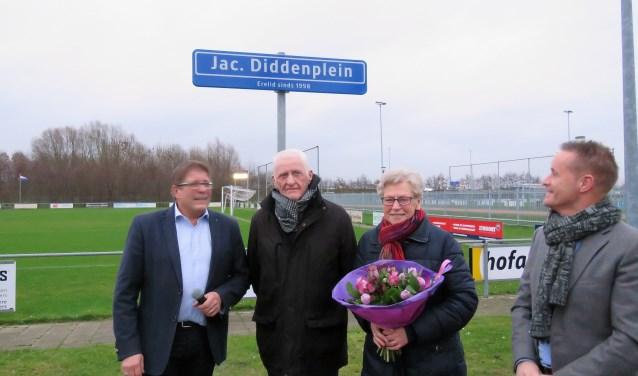 Jac Didden en zijn vrouw Tonny hebben zojuist het naambordje onthuld.