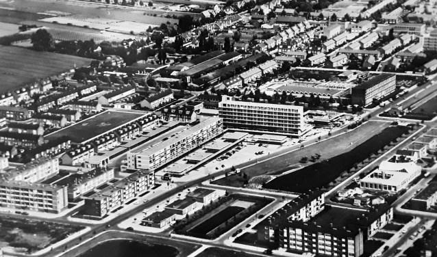 Een luchtfoto van de wijk Noord uit de jaren zestig met in het midden de winkelboulevard. Collectie HVZ.