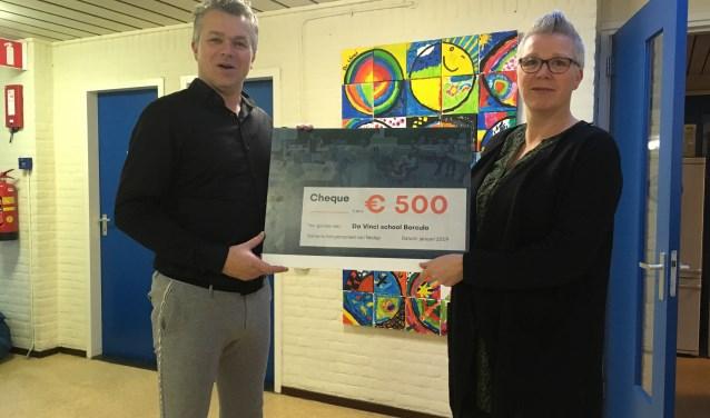 Cindy Posthuma van Da Vinci Berkelland krijgt uit handen van Ivo Snijders van Nedap de cheque uitgereikt.