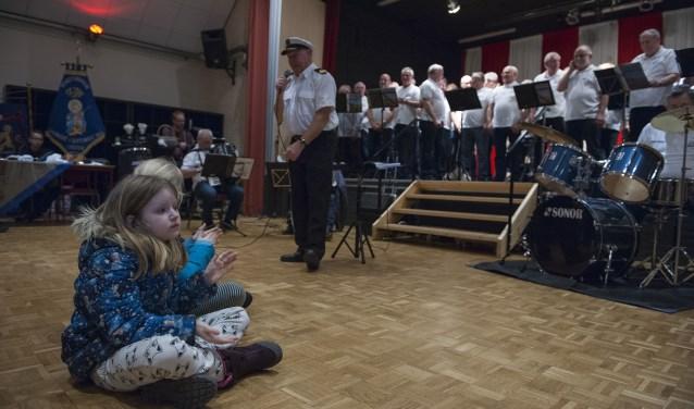 Een meisjes klapt mee tijdens een optreden van zeemanskoor Schip Ahoy tijdens Angeren Bruist. (foto: Ellen Koelewijn)