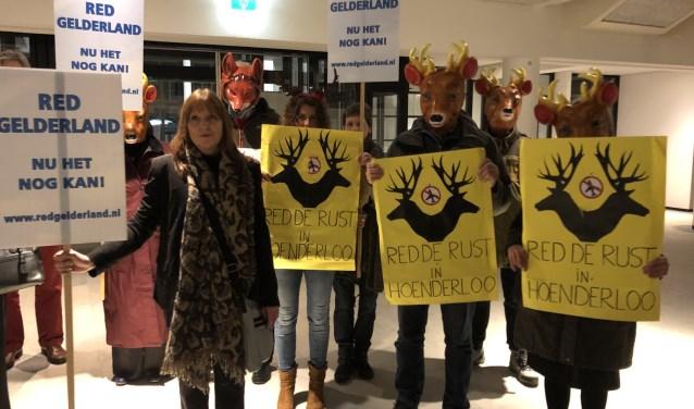Vijf minuten stilte als protest tegen de uitbreiding van Lelystad Airport van Red de Rust in Hoenderloo en Red Gelderland heeft indruk gemaakt op de wethouder, de gemeenteraad en inwoners van Apeldoorn.