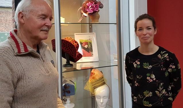 Henk Jan Hondorp en dochter Annica bij de tentoonstelling van hun vrouw en moeder Marianne.