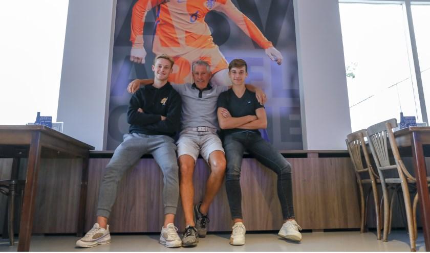 Vader John de Jong met zoons Frenkie en Youri. John en Youri zullen regelmatig in Camp Nou aanwezig zijn. Foto: Jan Noorlandt