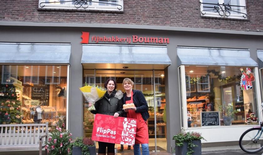 Saskia Tijmen (links) ontvangt van Anika van Mook (Bakkerij Bouman) een heerlijke taart en 100.000 FlipPas-punten. Het boeket bloemen werd aangeboden door Meeuwsen bloemen. (Foto: Janet Kooren)