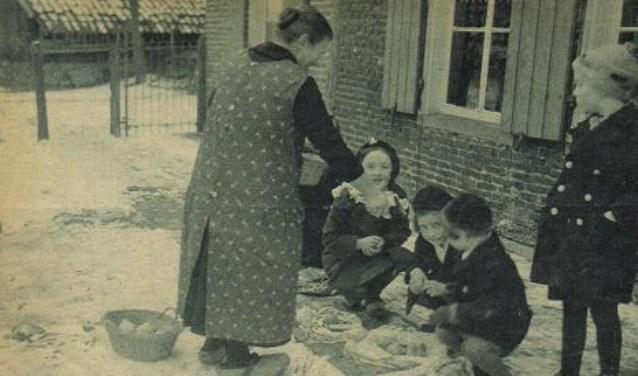 Kindren aan het nie-jaor winnen en snoepgoed verzamelen in een speciale zakdoek. (Foto: Stedelijke Musea Zutphen)