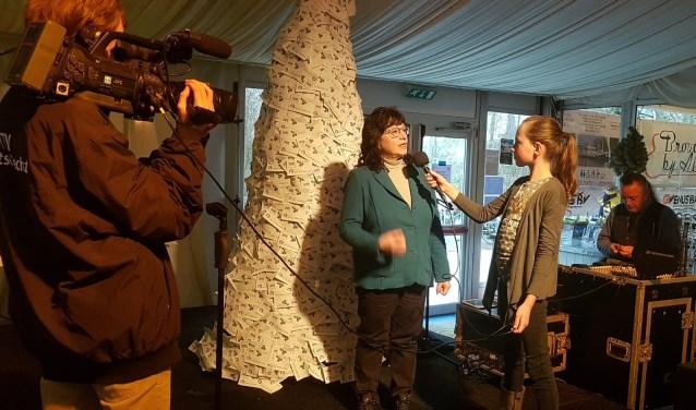Els Hendrikse wordt bij de Wensboom geïnterviewd door ITV-De Vechtstreek. Foto: Stichting Veilig Onderwijs