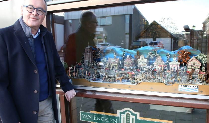 Rob van Engelen voor het Elfstedentafereel Foto: Theo van Sambeek