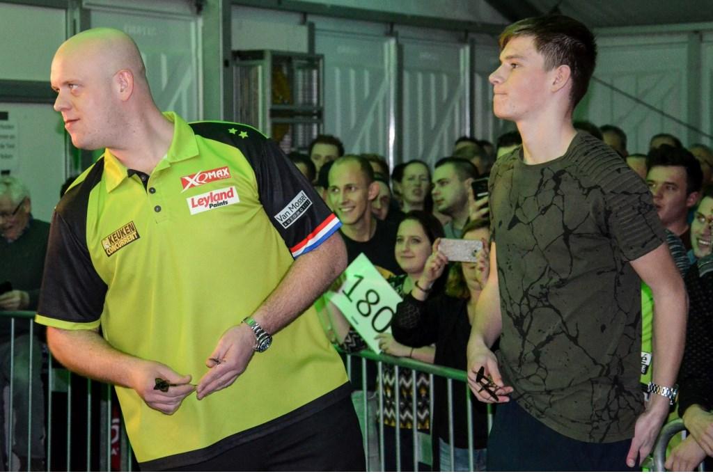 Dylan van Haren neemt het op tegen Michael van Gerwen. Sjaak Janssen © Persgroep