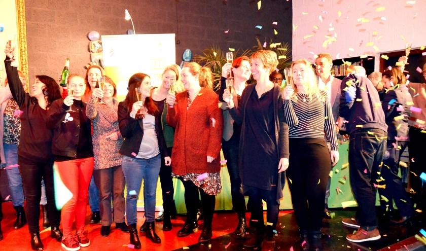 Feest onder leerkrachten van het 'Excellente' Geuzencollege aan de Willem de Zwijgerlaan. (Foto: Frans Assenberg)