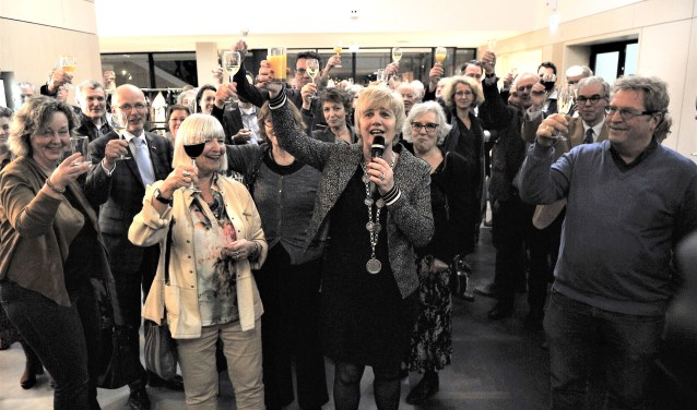 Burgemeester Agnes Schaap heft het glas met de inwoners van de gemeente Renkum. (foto: gertbudding.nl)