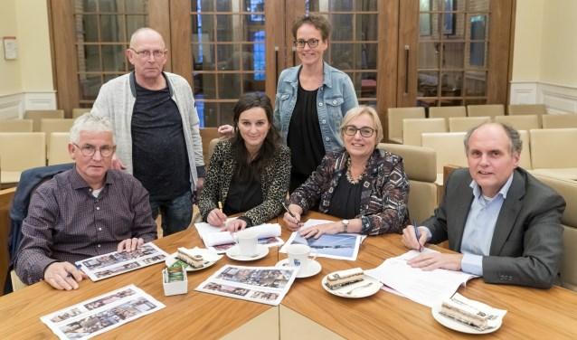 Vlnr: Rob Hulsman, Gerard van den Heuvel, Charlotte Beukeboom, Bianca vd. Sande, Saskia Heijboer en Guus van Woesik tekenen.