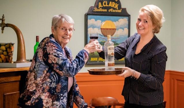 Mevrouw Winters, (85 jaar) en woonbegeleider Patty Ruikes proosten op het vernieuwde Sydehem