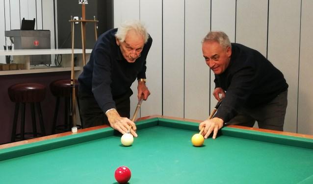 Westkapellenaar Piet Minderhoud (99 jaar) neemt het nog met gemak op tegen Kees Huiszoon van Oudjes Op Stoot. Foto: Conny den Heijer