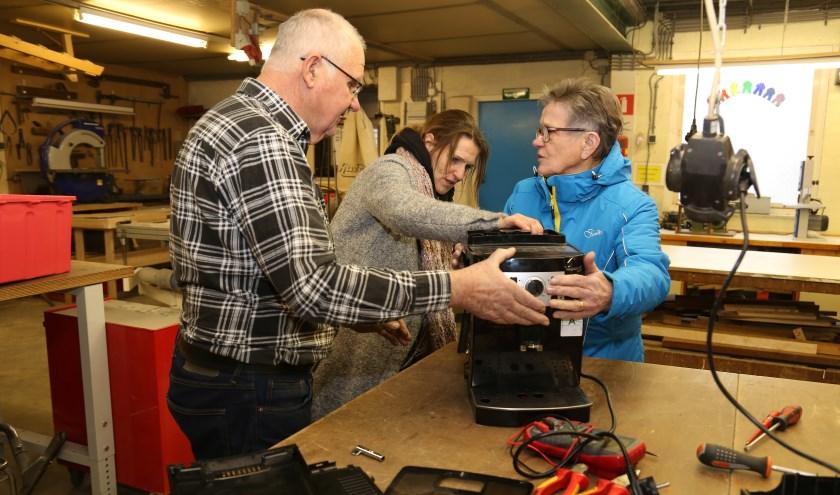 Elke laatste vrijdag van de maand tussen 13.30 en 15.00 uur kan iedereen met een defect apparaat naar het Senioren Hobby Centrum in Mill. (foto: Marco van den Broek)