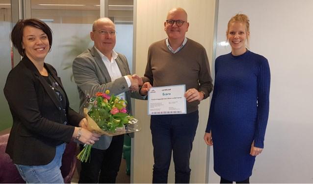 Vanaf links: Leonie Verloop (coördinator Present) en Jan Joosten(voorzitter Present Enschede) met Jan Pol enAniek Fikken van Ecare.