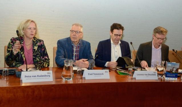 Fractievoorzitters presenteren coalitieakkoord. Vlnr. mevr. Van Kuilenburg, de heren Temminck, Van Bruchem en Goossens