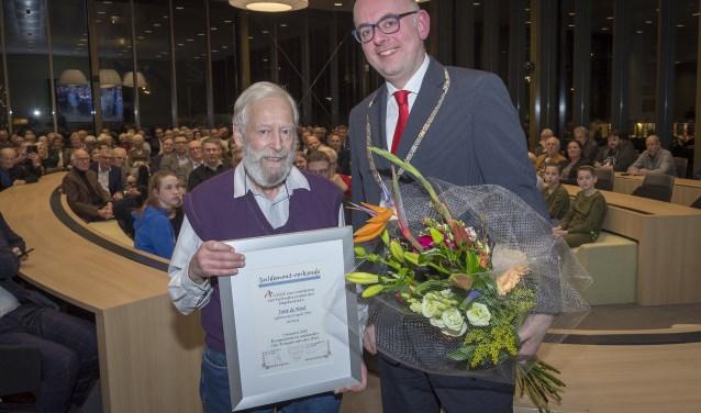 Burgemeester Martijn Vroom (rechts) heeft de oorkonde aan Jos de Nood uitgereikt. Foto: PR