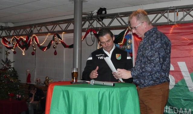 In een nog kerstelijk versierd clubgebouw krijgt Toon Wolters van SVV-voorzitter Edwin Suttorp de papieren aangereikt, die hem na ondertekening nog een jaar aan de club binden. (Foto: Persgroep/gsv).