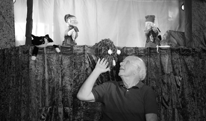 Jan Roeland in zijn poppentheater