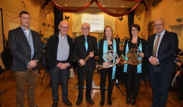 Erelid Wout Robbemondt, jubilarissen Wim Krijgh, Anja Verhoeven en Arianne Mans en burgemeester van Kooten.