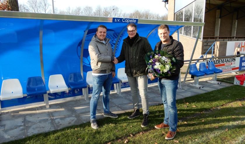 Namens de Vriendenclub waren Arjan Braspenning en Jesse Emmers aanwezig bij de onthulling van de nieuwe dug-outs, terwijl SV Capelle vertegenwoordigd werd door voorzitter Coert van Caem.