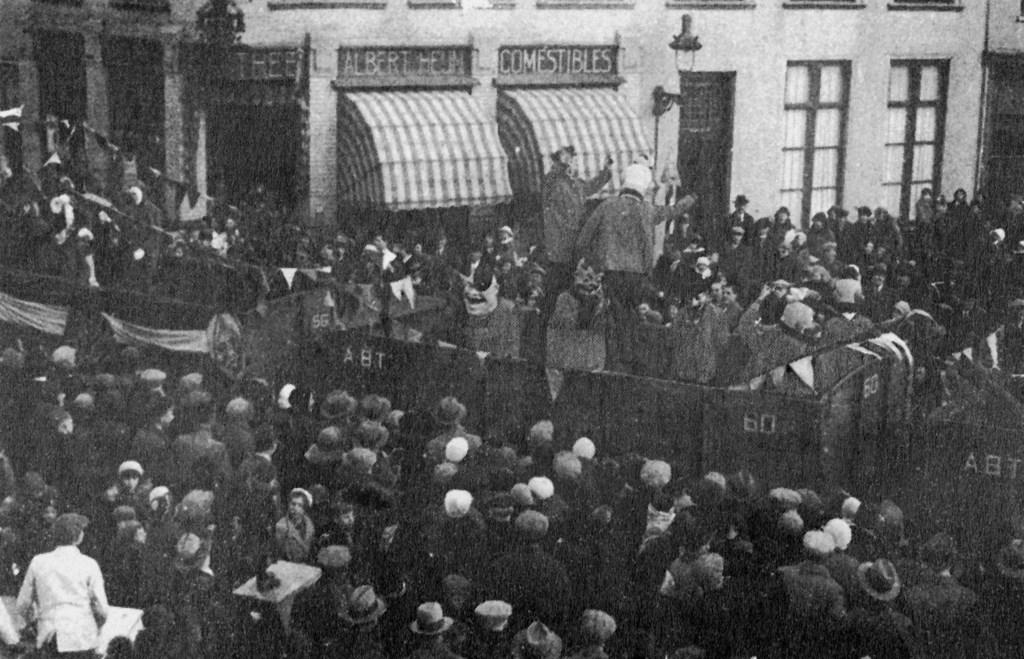 In de Intocht van 1930 reed de Stoomtramwegmaatschappij A.B.T. , Antwerpen-Bergen op Zoom-Tholen, mee. In de open wagon zaten Prins Warringa, zijn nar en boeren met grote koppen. Foto: L. van der Aa. © Persgroep