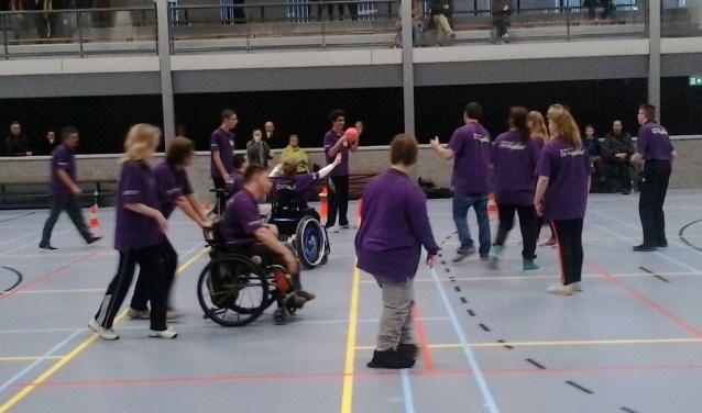 Deelnemers aan de sport & spelavond. (Foto Stichting Adrie's Dijkenloop Gehandicapten)