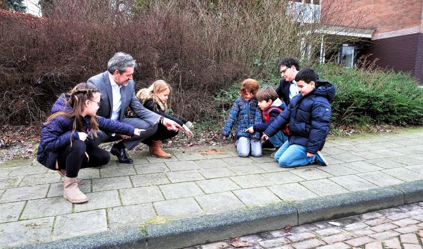 Poep op de stoep: ergernis van veel Rhenenaren. Ook bij de kinderen van het Montessori-onderwijs. Voor de school lag zelfs een verse flats. (Foto: Max Timons)