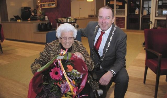 Burgemeester Rik de Lange van Duiven kwam mevrouw Martinus feliciteren.