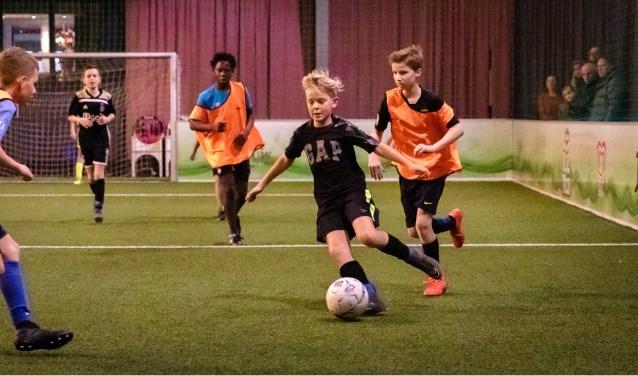 De jeugd van RKDVC leeft zich uit in Soccerhome Vlijmen.