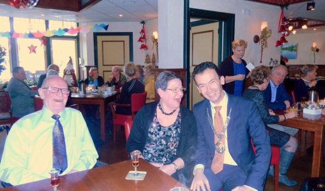 Wim en Gina Weeting werden gefeliciteerd door de pas benoemde burgemeester Lucien van Riswijk die zich zeer op zijn gemak voelde bij het diamanten echtpaar.