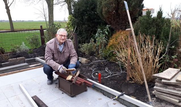 Jan Damen wordt zelf ook regelmatig als vrijwilliger aan het werk gezet door zijn eigen vrouw, in zijn eigen tuin.