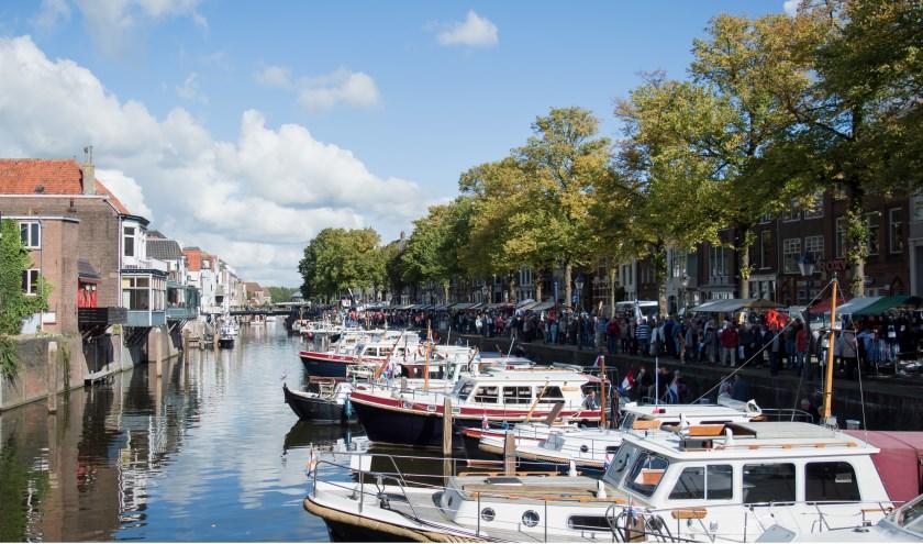 Bezoekers struinen op de Open Havendag langs gezellige kraampjes. Eigen foto