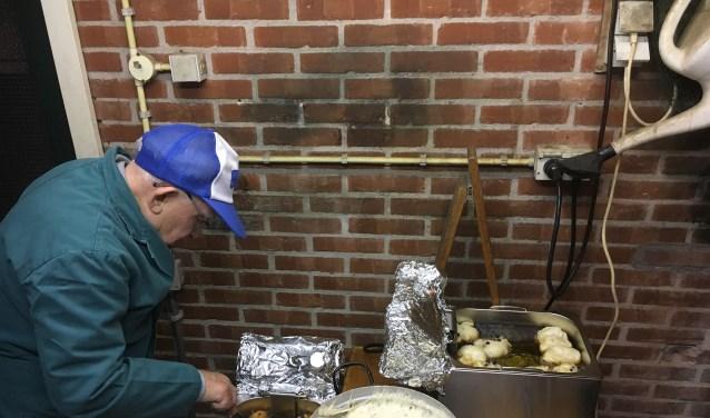 85-jarige bakt al 55 jaar oliebollen.