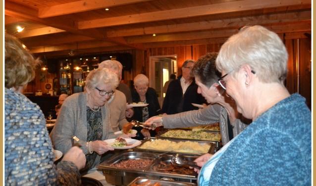 Bij het winterbuffet zijn er meerdere stampotten met garnituren. Foto: Isabel Babel.