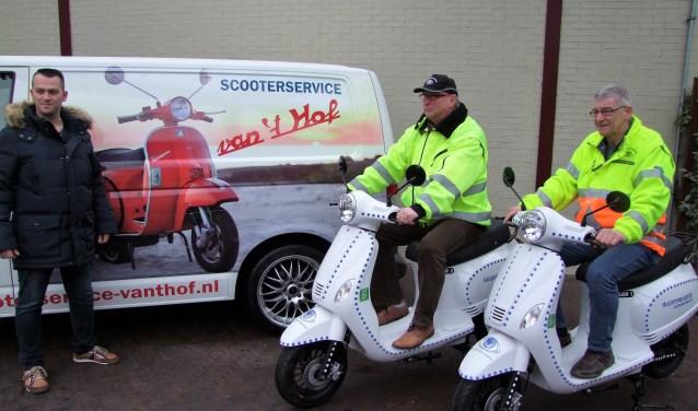 Hans Huijgen (midden) en Jan Minkhorst (rechts) van BuurtPreventie op hun nieuwe scooters. Links Leroy van 't Hof.