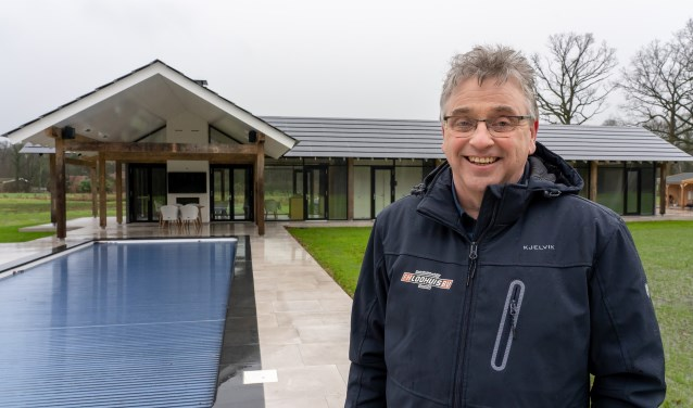 Marcel Bijen is hoofd verkoop bij F.H. Loohuis. Hij staat bij de eerste en enige volledig energieneutrale woning in heel Twente. Foto: Paulien Wilkinson